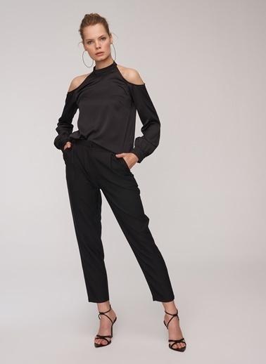 People By Fabrika Omuz Detaylı Saten Bluz Siyah